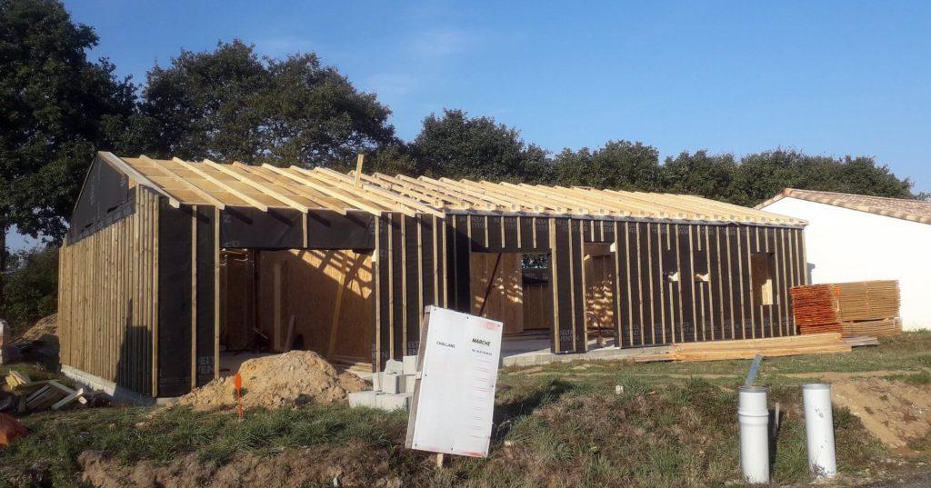 Fabrication d'une maison ossature bois avec pose de charpente sur Froidfond.