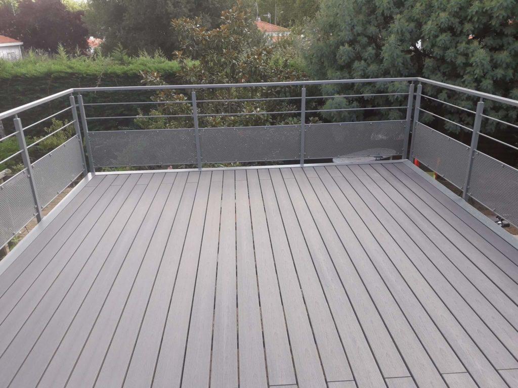 Installation d'une terrasse surélevée en métal.